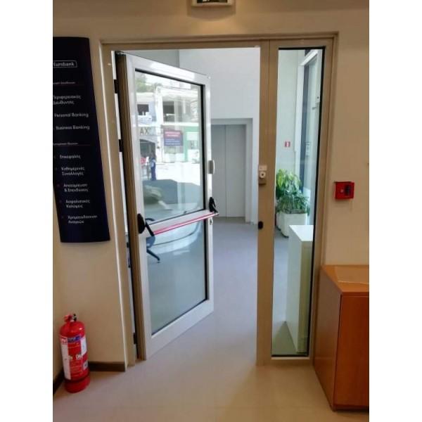 Πόρτα αλουμινίνου με μπάρα πανικού